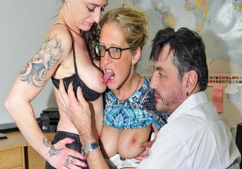 Jana L., Adrienne Kiss – Tattooed German sluts in their 40s go for swinger sex in FFM threesome (ReifeSwinger/2017)